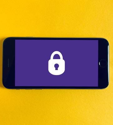 תמונה של מנעול לבן ברקע סגול בסמארטפון