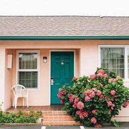 בית עם דלת בצבע ירוק