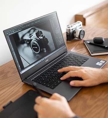 איש עורך תמונה במחשב נייד