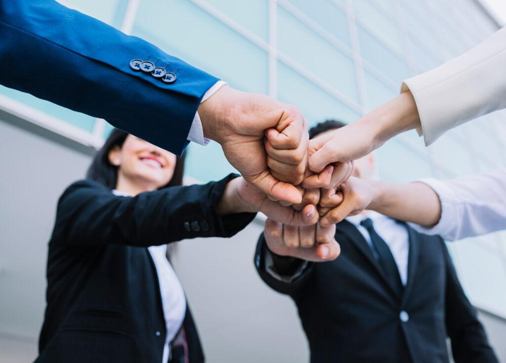 4 עובדי משרד משיקים אגרופים בשמחה