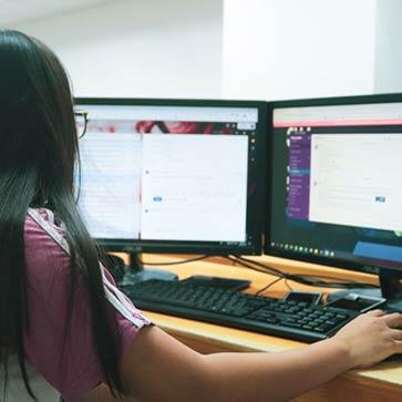 אישה משתמשת במחשב שולחני